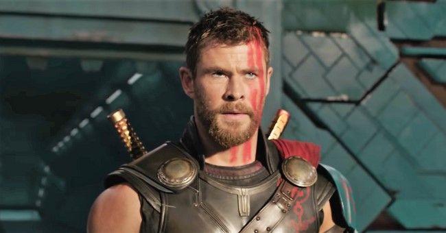 Chris Hemsworth đã phải chặn ngăn người dẫn chương trình lại