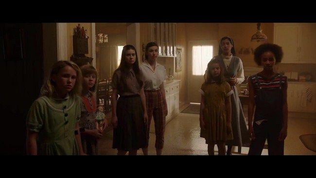 Các cô gái mồ côi không hề biết mối nguy hiểm đang rình rập trong ngôi nhà