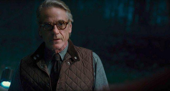 Alfred nói chuyện với một nhân vật bí ẩn