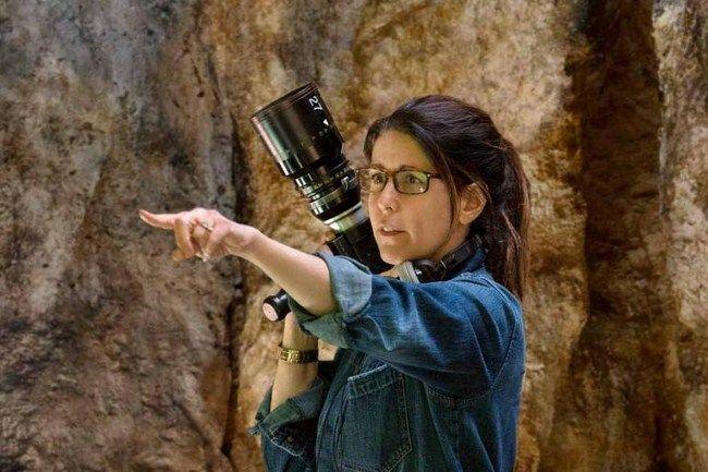Patty Jenkins đã lý giải lý do tại sao bà lại để Ares xuất hiện ngay trong phần phim đầu tiên trong đoạn phỏng vấn đặc biệt chỉ có trên bản Blu-ray của Wonder Woman