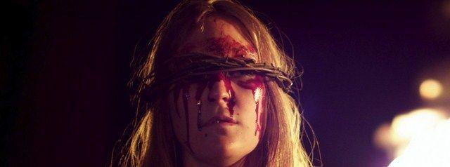 Các nghi lễ, các sự kiện quái đản liên tục diễn ra đe dọa tới mạng sống của nhân vật chính