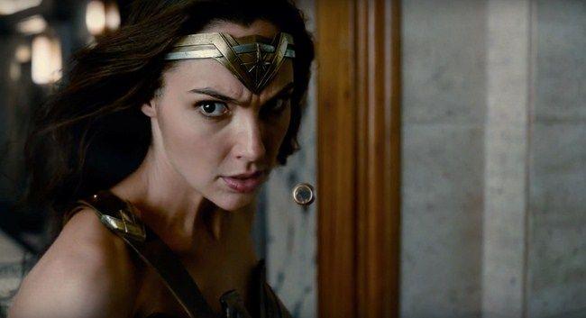 Wonder Woman xuất hiện cực ngầu ngay đầu phim