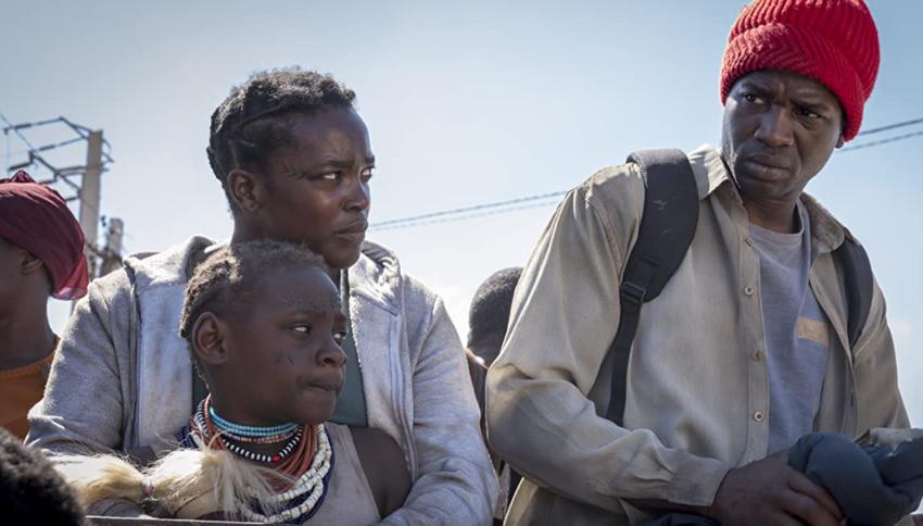 Hai vợ chồng da màu tị nạn chuyển đến căn hộ lạ ở Anh.